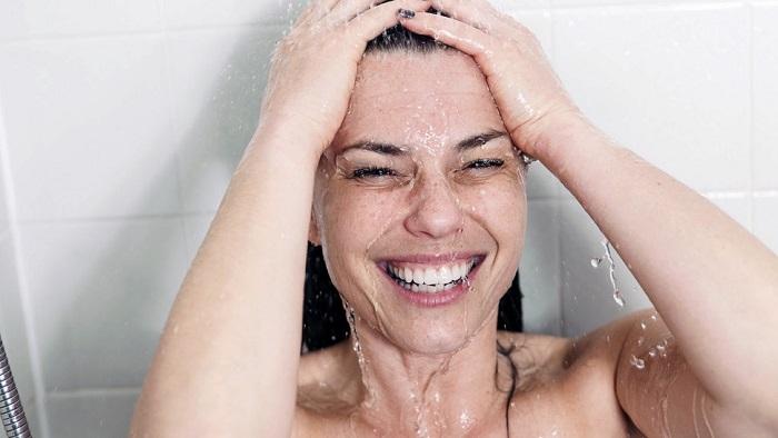 Ducha para aliviar su acné