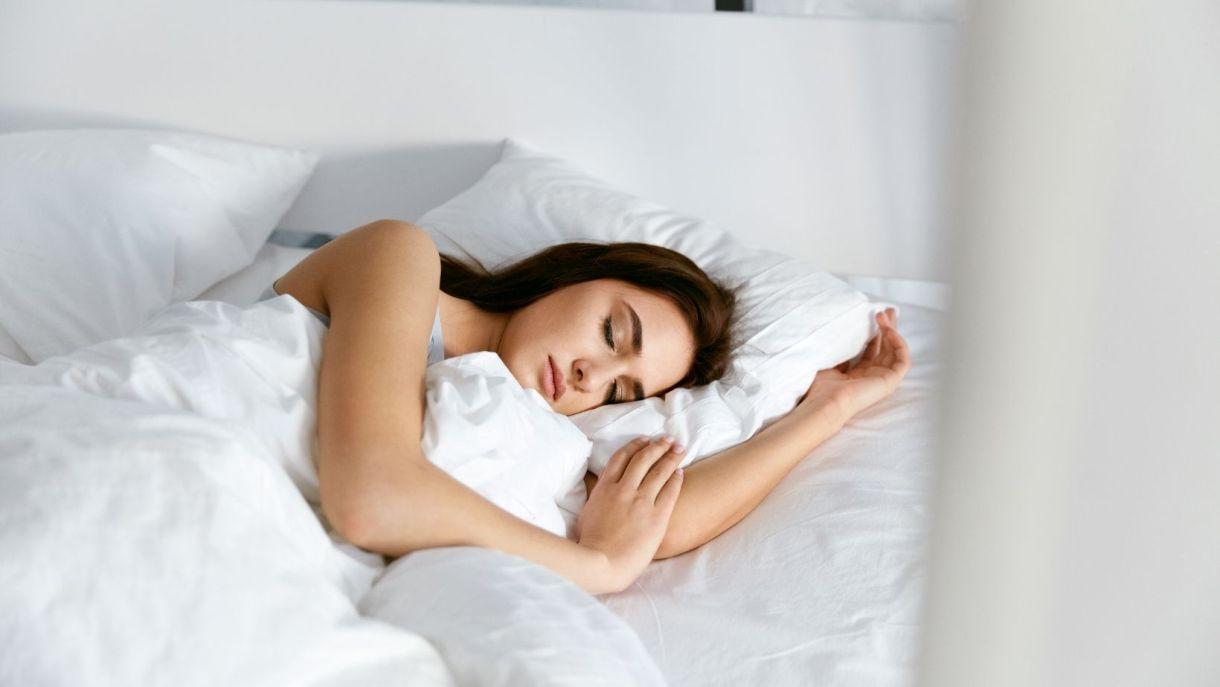 sanificare-il-materasso-donna-che-dorme
