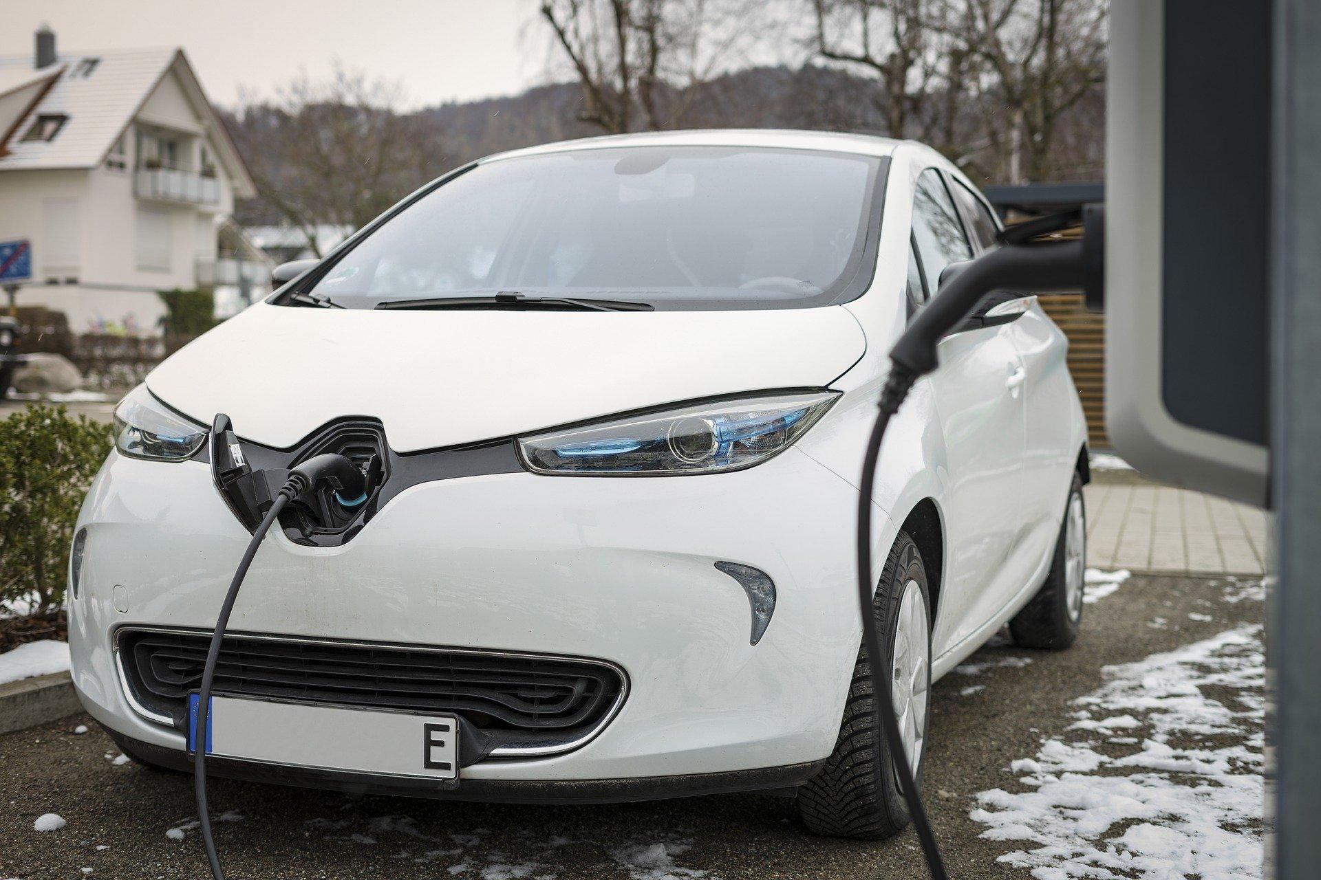 Макрон пообещал доплатить покупателям экологических автомобилей во Франции.