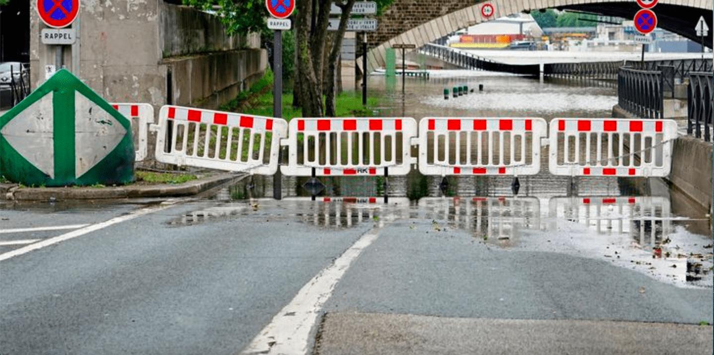 Сена вновь затопила центральные набережные Парижа.