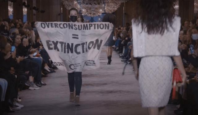 Противники изменения климата испортили показ Louis Vuitton в Париже.