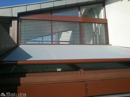 roleta dachowa wielkogabarytowa szaro brazowa na dachu ogrodu zimowego - saluza.eu