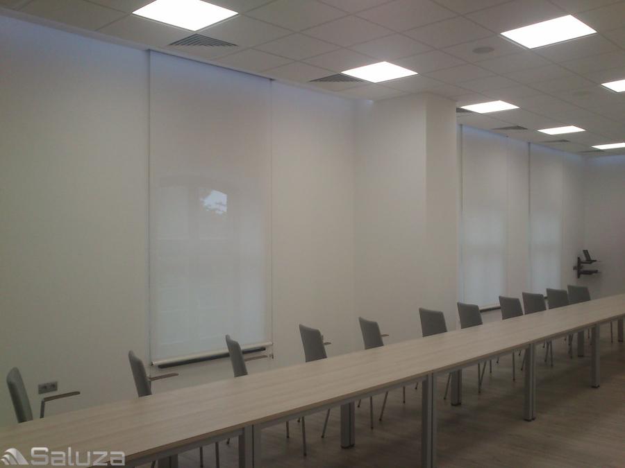 ROLETY TKANINOWE biale w sali konferencyjnej - saluza.eu
