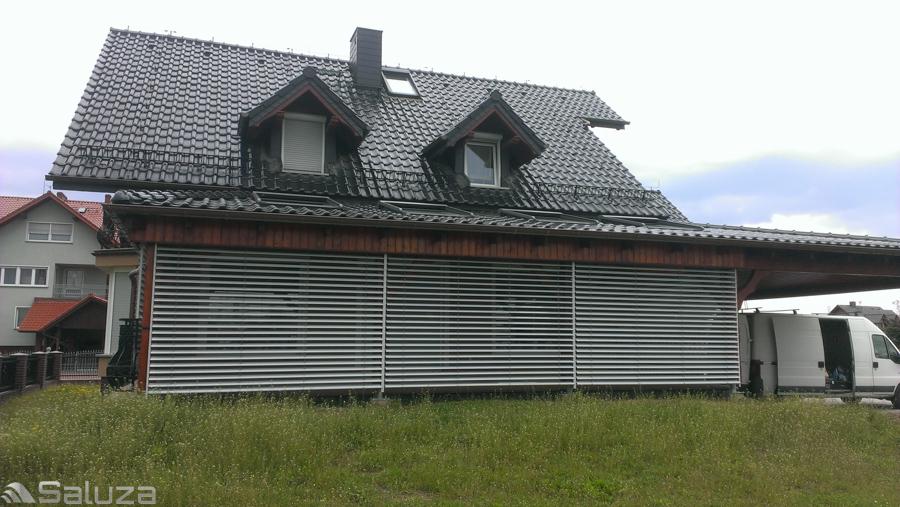 zaluzje fasadowe z90 biale oslona tarasu przy budynku jednorodzinnym - saluza.eu