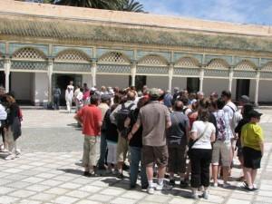 Groupe de touristes au palais de la Bahia