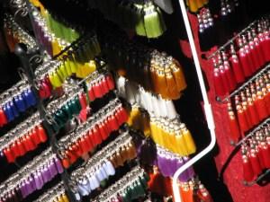 Étalage coloré de pompons dans les souks de Marrakech