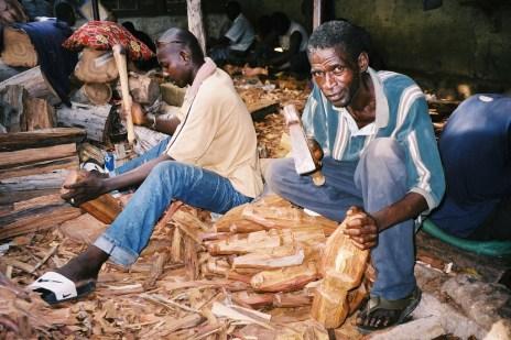 Sculpteur sur bois à Soumbedioune