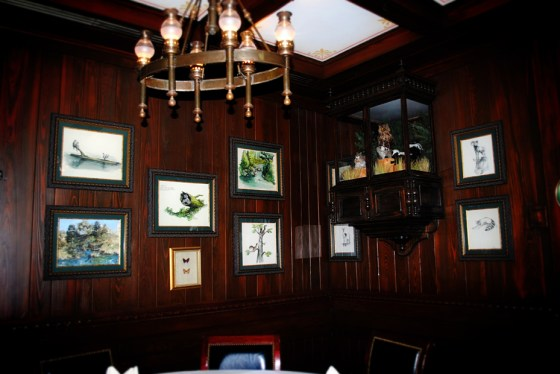 club-33-disneyland-trophy-room-0725
