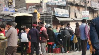 तरकारी किन्नेको भिड काठमाण्डौमा देश छ लकडाउनमा, हेर्नोस तस्बिरहरु
