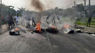 स्थानीयवासीसँगको झडपमा आठ प्रहरी घाइते, कर्फ्यु जारी
