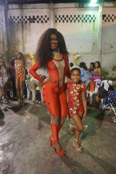 Camilla Mendes e sua filha de 7 anos, Allana Matos da Silva, Rainha da Bateria da Pimpolhos da Grande Rio
