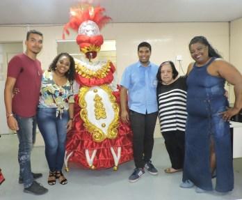 Diretoria Vila Santa Tereza com Rosa Magalhaes e fantasia da ala de baianas