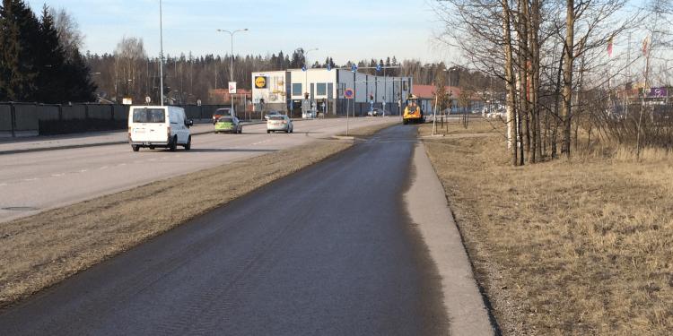 Harjakone ja harjattu tie, erittäin kaivattu näky keväällä