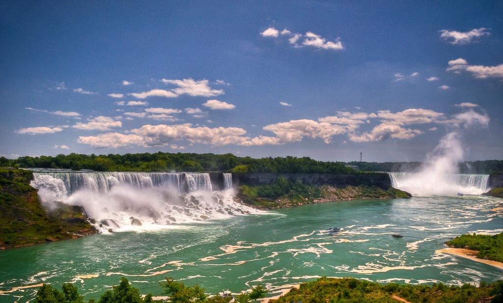 Uitzicht op de American, Bridal Veil en Horseshoe Falls bij de Niagara Falls.