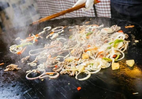 台北》爽嗑肉只要299元!超狂「蒙古烤肉火鍋吃到飽」 燒賣、珍奶全免費