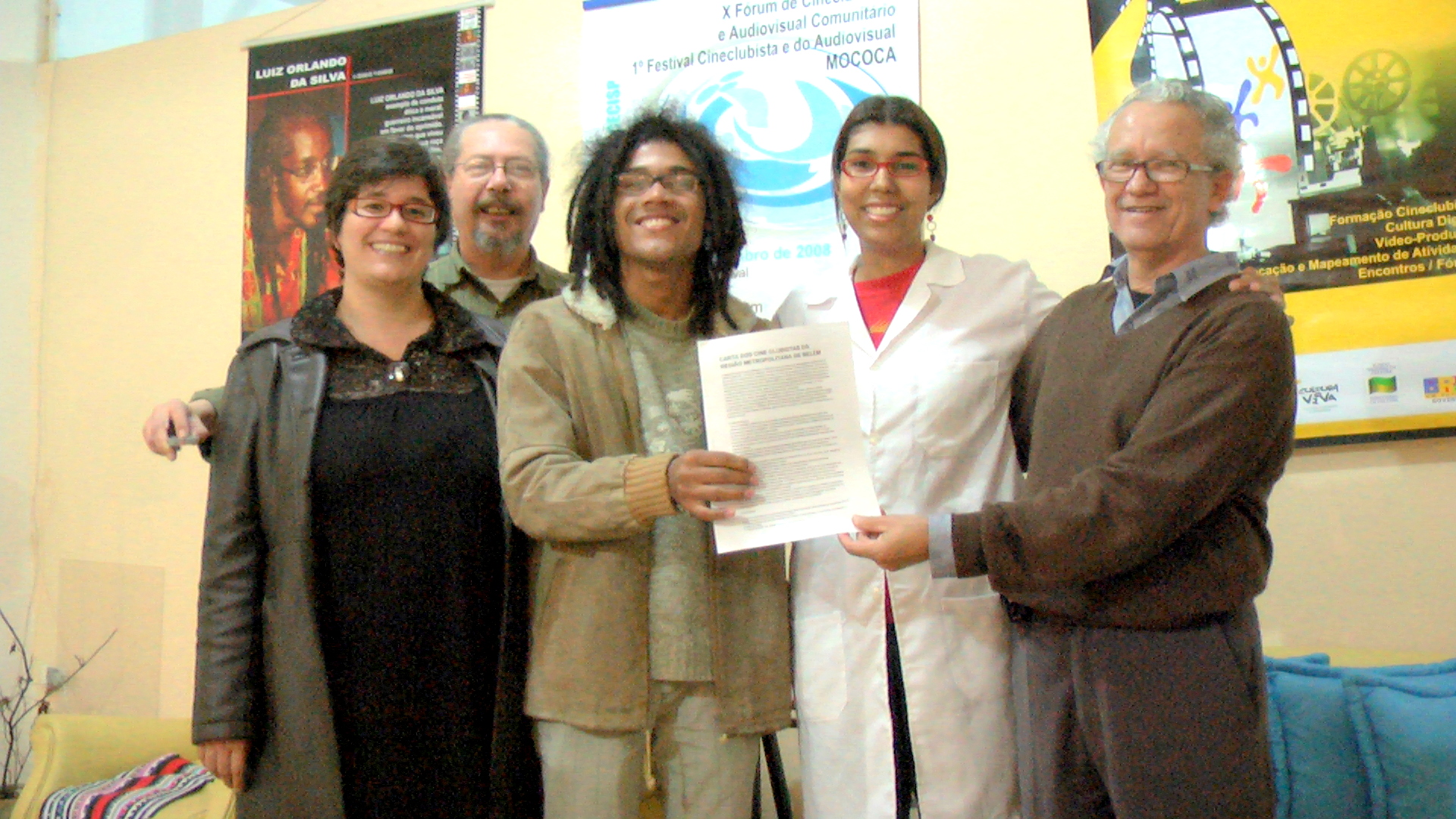 Gestor do Cineclube Rede Norte entrega Carta dos Cineclubistas de Belém ao Presidente do Centro Cineclubista de São Paulo.