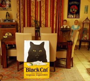 Die Miezekatze wartet noch auf einen geeigneten Platz: Black Cat Emailleschild aus dem England der 1920er Jahre
