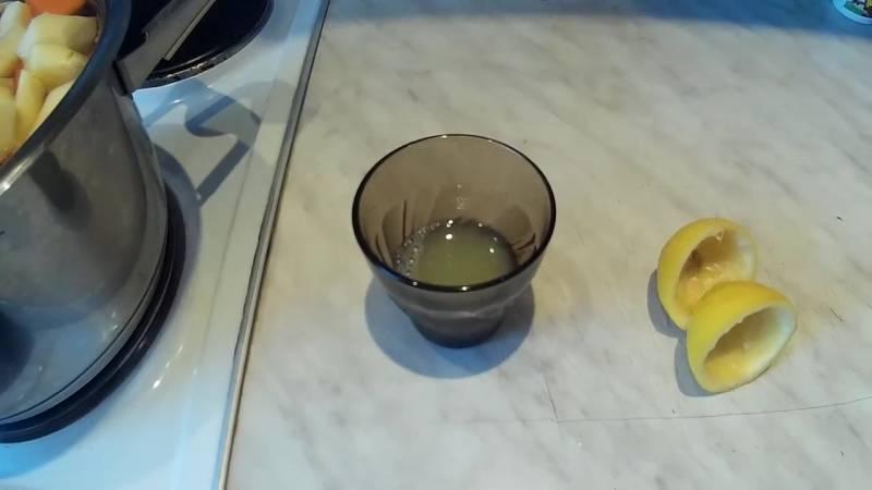 выдавливаем сок из лимонов