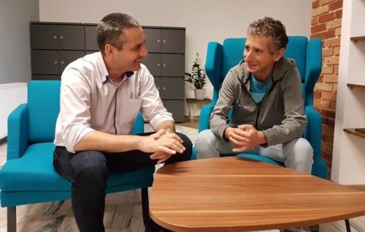 Karol Bartkowski i Grzegorz Osóbka uśmiechnięci rozmawiają