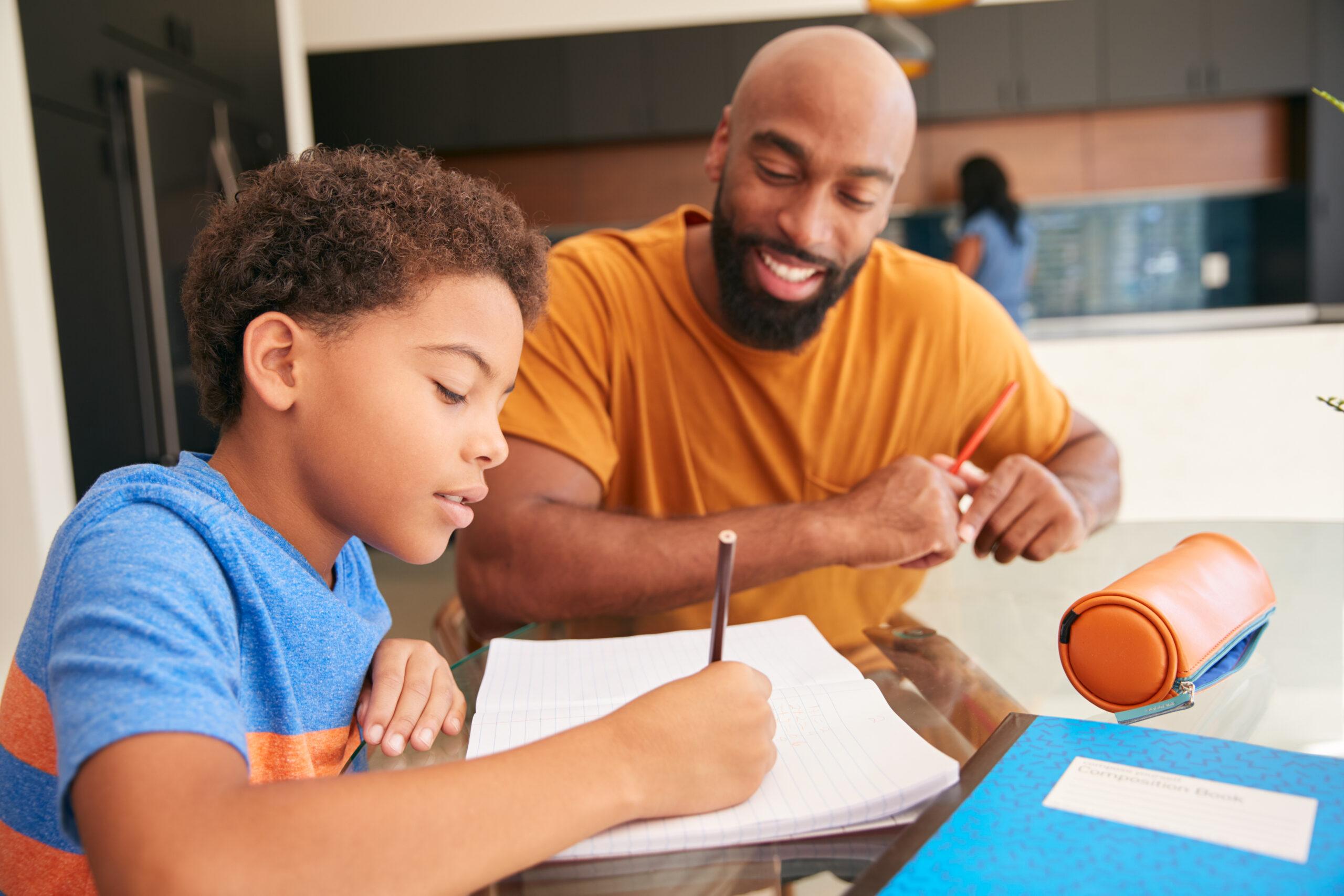 pai estudando com o filho