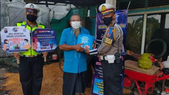 Sat Lantas Polres Kotim Bagikan Paket Hand Sanitizer dan Kebutuhan Pokok
