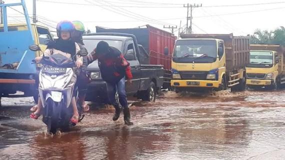 Banjir Rendam Jalan Trans Kalimantan Sampit, Puluhan Kendaraan Mogok