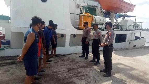 Polres Kotim Sosialisasikan Prokes 3M Kepada Nahkoda dan Abk di Pelabuhan PT. Pelindo III Sampit