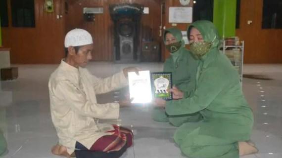 Persit KCK Cabang XLI Kodim 1015 Sampit Donasi Al-Quran dan Iqro