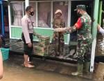 Pospol Sebabi dan Polsek Kota Besi Berikan Bantuan Sosial Kepada Korban Banjir di Kotim
