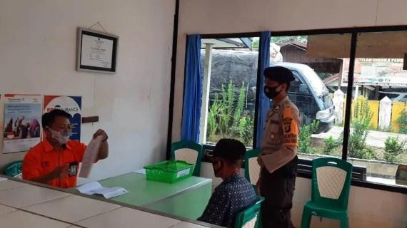 Bhabinkamtibmas Monitoring Pembagian Bantuan Sosial Tunai (BST) Untuk Warga Kecamatan Mentaya Hulu