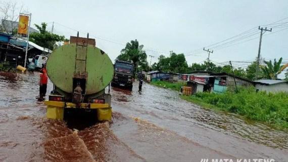 Waspada, Banjir Selimuti Ruas Jalan di KM 4 Jendral Sudirman Sampit