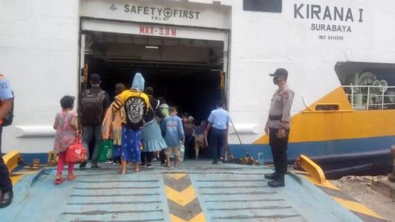 Polsek Kawasan Pelabuhan Mentaya Lakukan Pengaman Keberangkatan Kapal di Pelabuhan Sampit