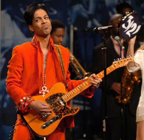 Prince performs during a news conference at the Miami Beach Convention Center in Miami Beach, Florida, Thursday, February 1, 2007. Prince will perform at the halftime show during Super Bowl XLI on February 4, 2007. (Walter Michot/Miami Herald/MCT)