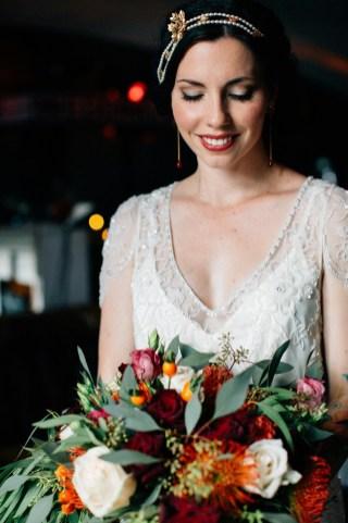 Braut mit Brautstrauß.jpg
