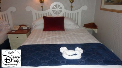 Queen bed in standard room, is that a hidden mickey. (OK not so hidden)