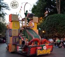 SamsDisneyDiary 82: Disneyland Christmas Fantasy Parade - Toy Factory
