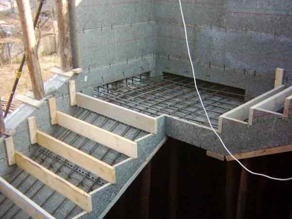 Как сделать бетонную лестницу на второй этаж: фото 47