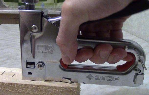 Степлер мебельный (строительный): какой лучше выбрать, как пользоваться, заправить скобы, почему не работает и как отремонтировать