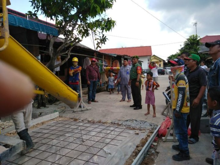Babinsa Kelurahan Kibing Turut Aktif Membantu Semenisasi Jalan Bersama Masyarakat
