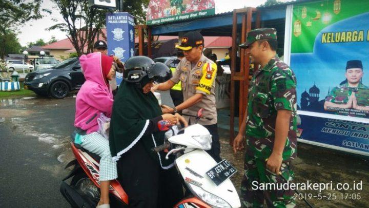 TNI-Polri Kompak Bagikan Takjil Gratis Di Kabupaten Lingga, SamuderaKepri