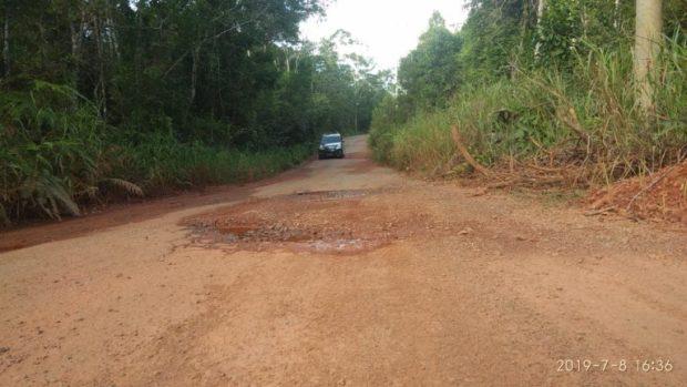 Salah satu jalan rusak menuju pelabuhan jagoh