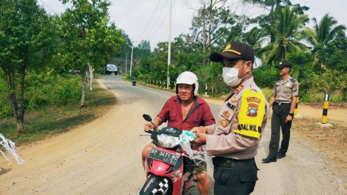 Peduli Kesehatan, Polsek Singkep Barat Bagikan Ratusan Buah Masker Gratis, SamuderaKepri