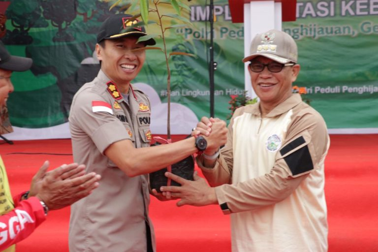 Polres Lingga Bersama FKPB Kabupaten Lingga Tanam Ratusan Pohon