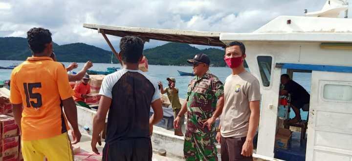 Danlanal Tarempa Perintahkan Posal Mengkait Mengawal Distribusi Bantuan Sosial Ke Desa Kiabu dan Mengkait