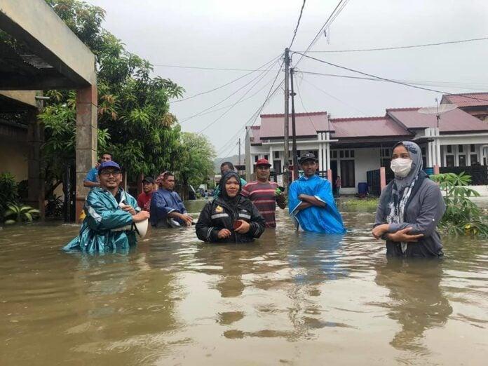Anggota DPR Aceh Ini, Evakuasi Wanita Hamil Yang Terkepung Banjir
