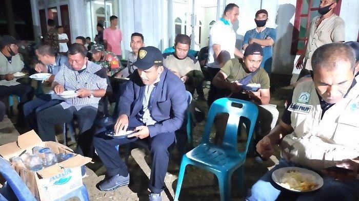 Bupati Aceh Timur Salat dan Makan Malam Bersama Pengungsi Banjir