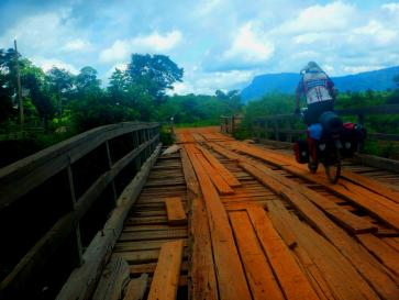 Abenteuerliche Holzbrücken in Laos