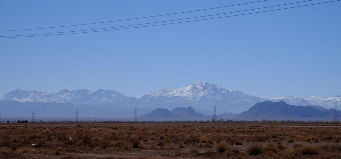 Schneebedeckte Berge im Hintergrund