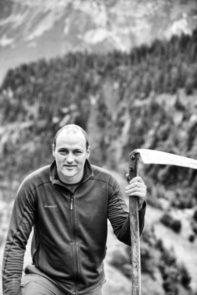 Christian Gisler beim Wildheuen auf seiner Plangge zuhinterst im Isental.