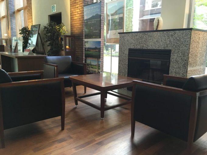 東急ハーベスト旧軽井沢ロビーの重厚感のあるソファ